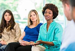 4 pessoas conversando
